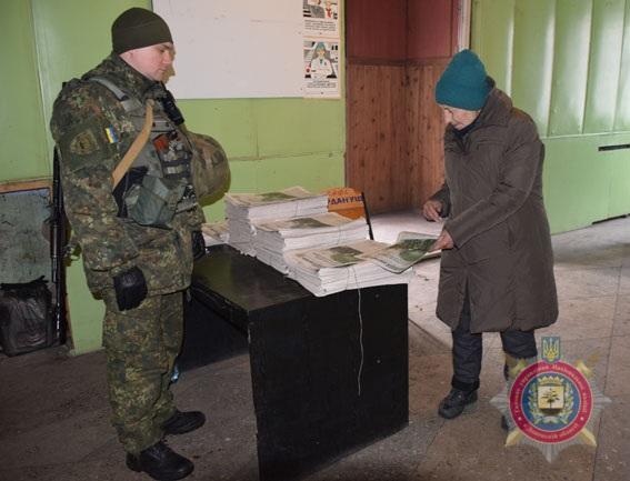 Боротьба з проросійською пропагандою. Поліцейська газета стала першим українським виданням в Авдіївці, фото-1