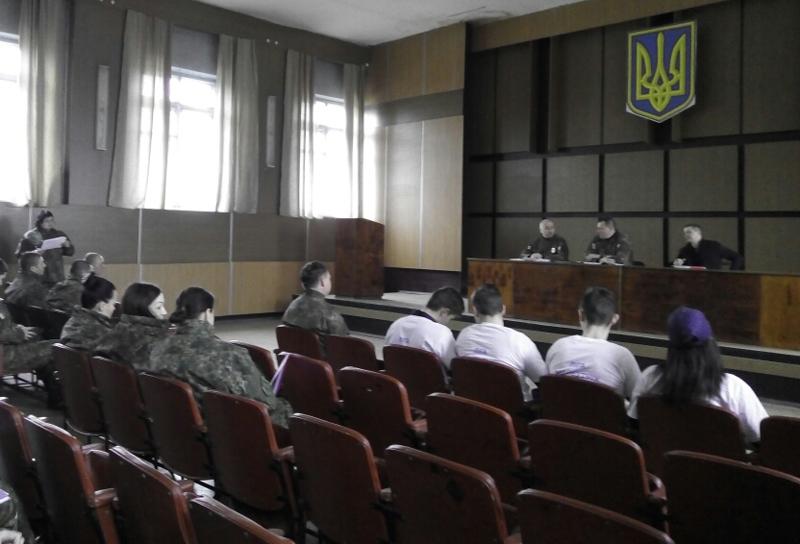 Мирноградські правоохоронці нагородили «майбутнього поліцейського», який врятував немовля, фото-1