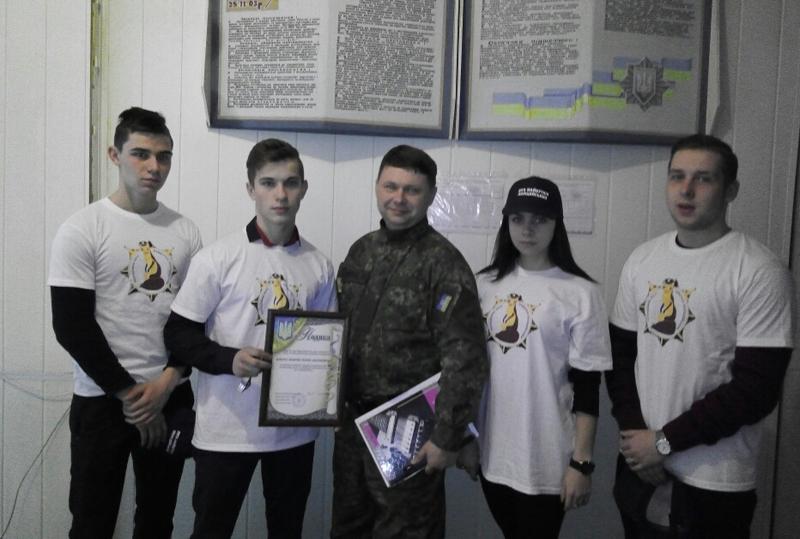 Мирноградські правоохоронці нагородили «майбутнього поліцейського», який врятував немовля, фото-3