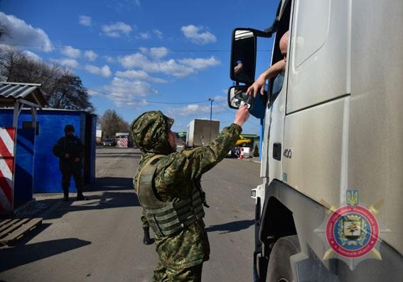 За два роки на блокпостах Донеччини поліцейські припинили більше 4,6 тисяч правопорушень, фото-4