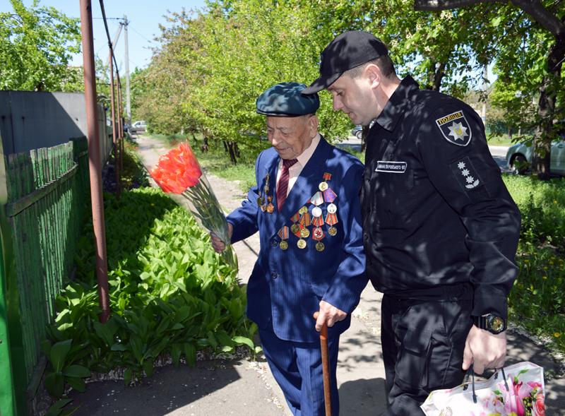 Поліцейські Покровська привітали свого колегу-ветерана з Днем Перемоги над нацизмом у Другій світовій війні, фото-2