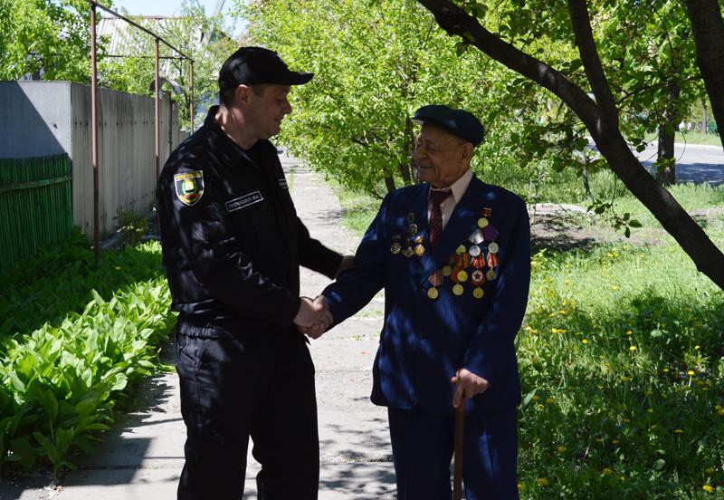 Поліцейські Покровська привітали свого колегу-ветерана з Днем Перемоги над нацизмом у Другій світовій війні, фото-1