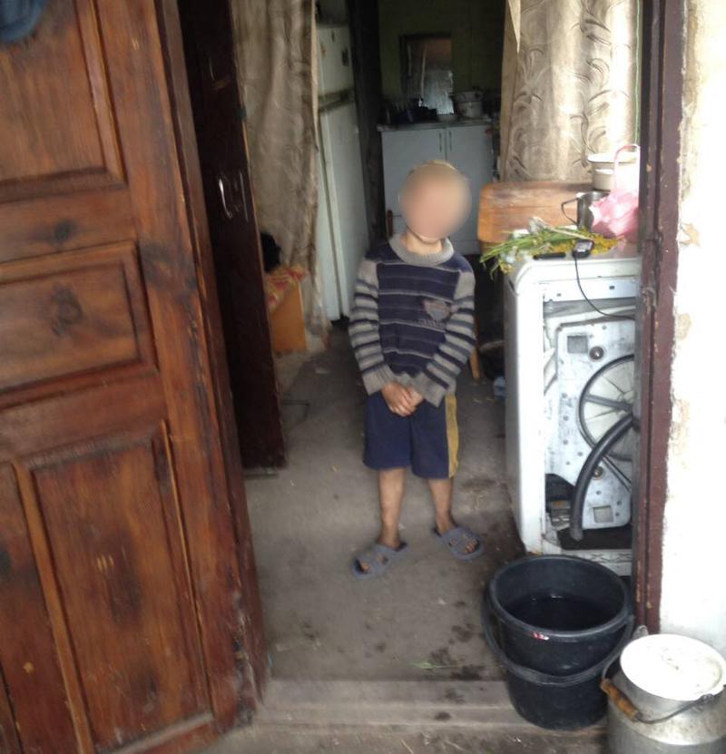 Двух маленьких детей, оставленных матерью наедине со включенным электроприбором, обнаружили правоохранители в Покровске, фото-3