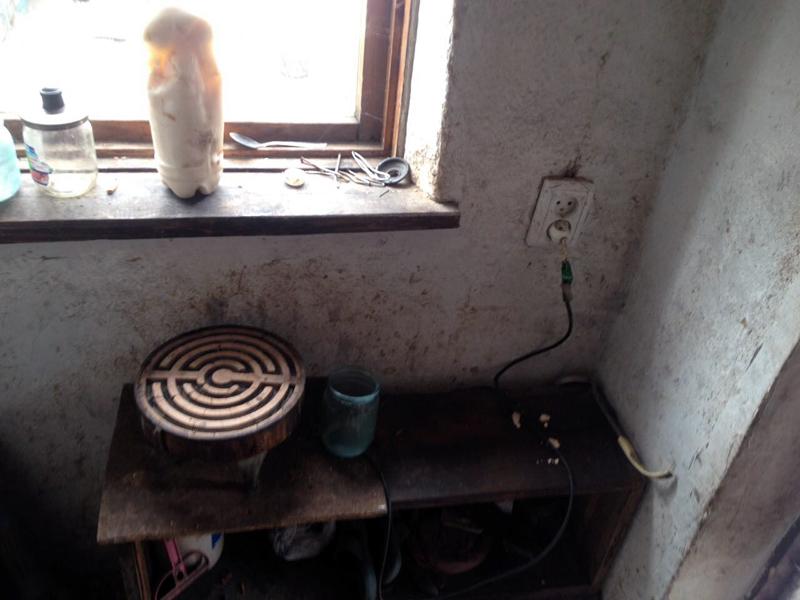 Двух маленьких детей, оставленных матерью наедине со включенным электроприбором, обнаружили правоохранители в Покровске, фото-4