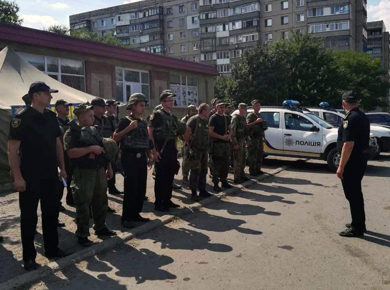 8 правоохранителей Покровска получили очередные специальные звания во время публичного инструктажа нарядов полиции, фото-8