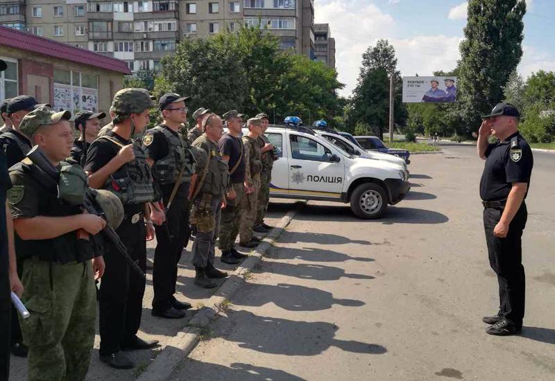 8 правоохранителей Покровска получили очередные специальные звания во время публичного инструктажа нарядов полиции, фото-9