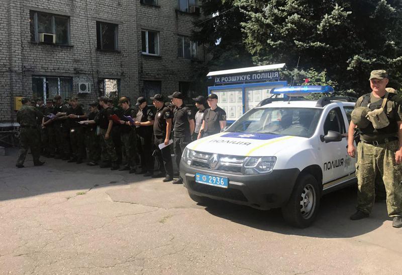 8 правоохранителей Покровска получили очередные специальные звания во время публичного инструктажа нарядов полиции, фото-10