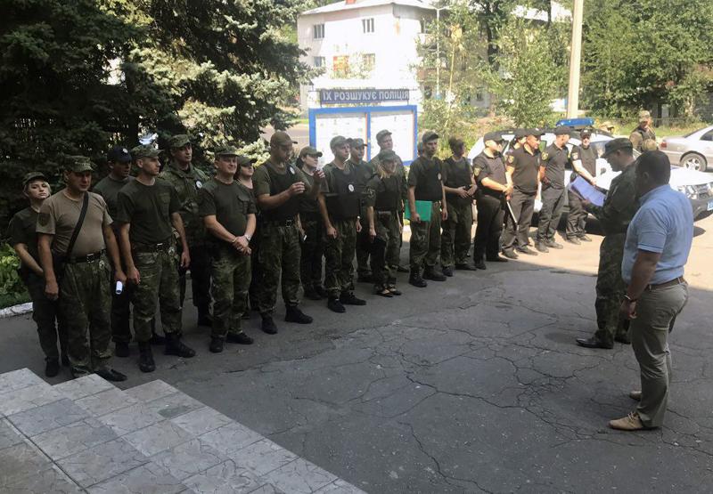 8 правоохранителей Покровска получили очередные специальные звания во время публичного инструктажа нарядов полиции, фото-11