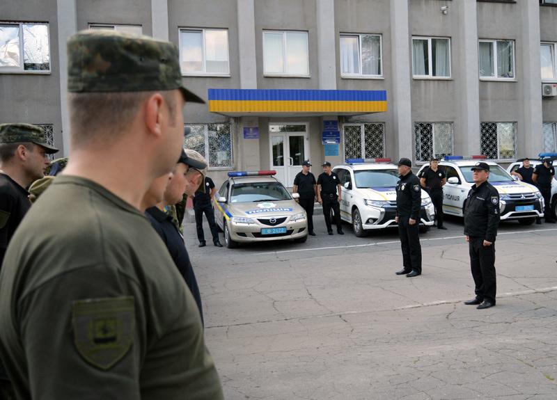 8 правоохранителей Покровска получили очередные специальные звания во время публичного инструктажа нарядов полиции, фото-7