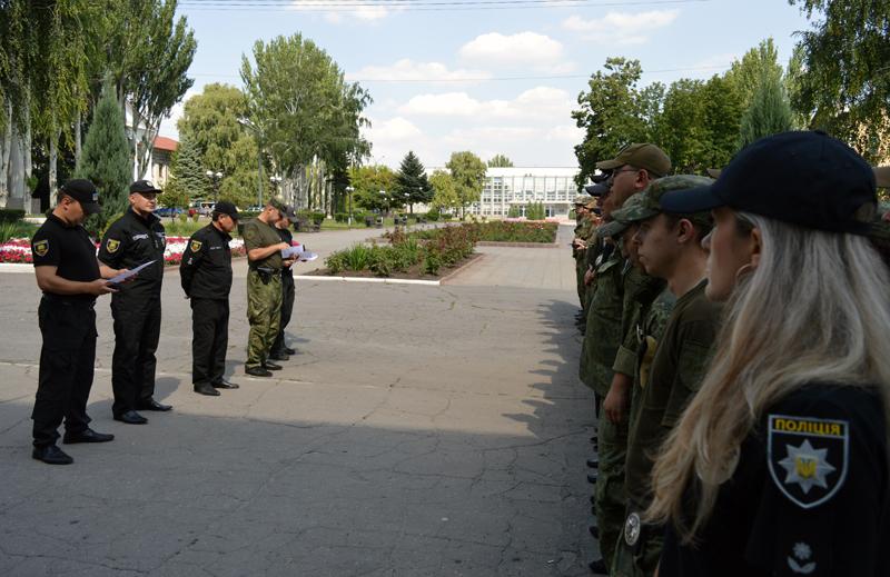 8 правоохранителей Покровска получили очередные специальные звания во время публичного инструктажа нарядов полиции, фото-5