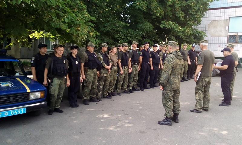 8 правоохранителей Покровска получили очередные специальные звания во время публичного инструктажа нарядов полиции, фото-15