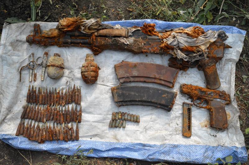 Житель Покровского района обнаружил на собственном огороде схрон оружия , фото-1