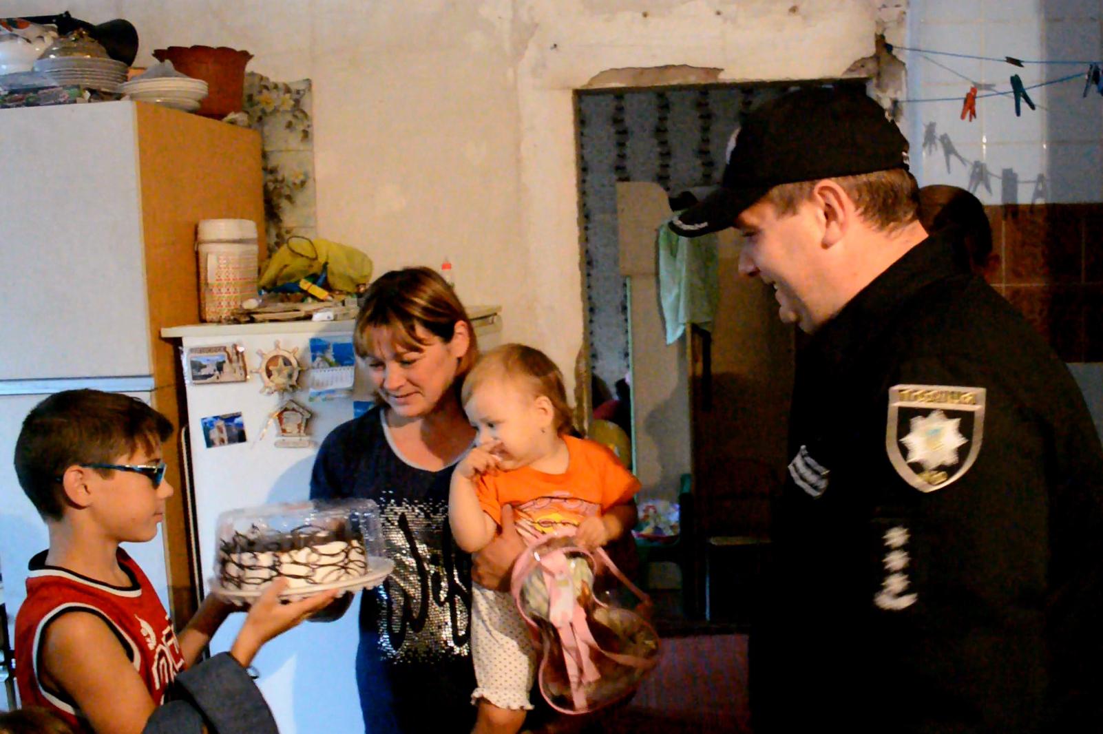 Руководство Покровского отдела полиции поздравило детей прифронтовой Авдеевки с наступающим учебным годом, фото-2