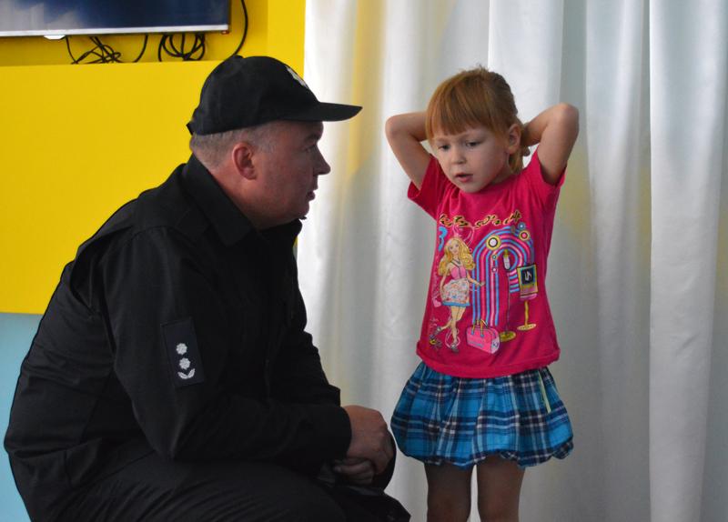 Руководство Покровского отдела полиции поздравило детей прифронтовой Авдеевки с наступающим учебным годом, фото-8
