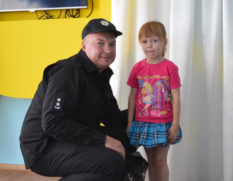 Руководство Покровского отдела полиции поздравило детей прифронтовой Авдеевки с наступающим учебным годом, фото-9