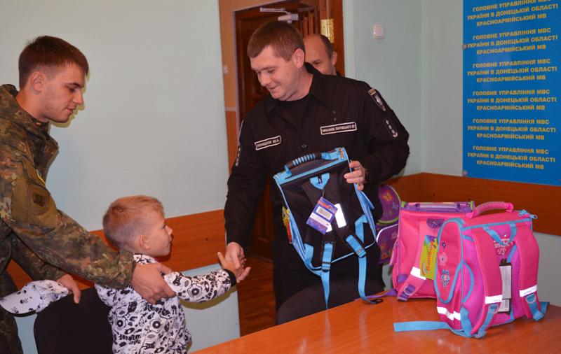 Діти співробітників Покровського відділу поліції отримали від керівництва подарунки до навчального року, фото-1