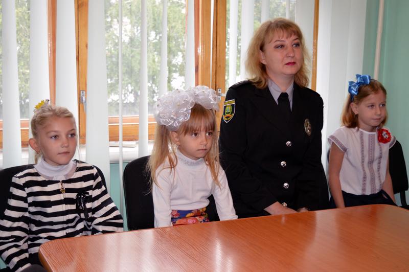 Діти співробітників Покровського відділу поліції отримали від керівництва подарунки до навчального року, фото-2