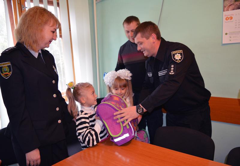 Діти співробітників Покровського відділу поліції отримали від керівництва подарунки до навчального року, фото-3