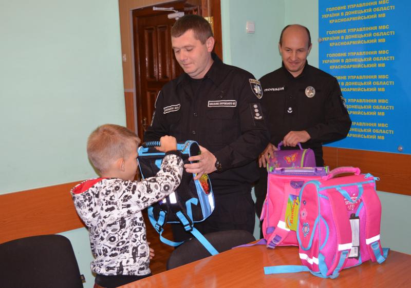 Діти співробітників Покровського відділу поліції отримали від керівництва подарунки до навчального року, фото-4