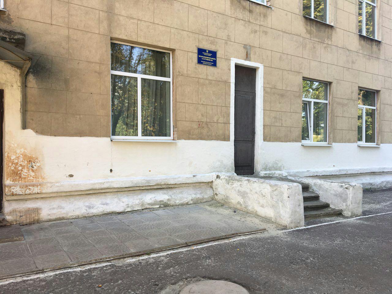 По факту повреждения окон в Покровской ОШ № 4 открыто уголовное производство, фото-1