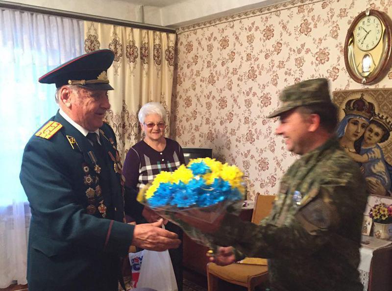 Головний поліцейський Мирнограду та лігівці привітали із 90-річчям ветерана Другої Світової війни, фото-1