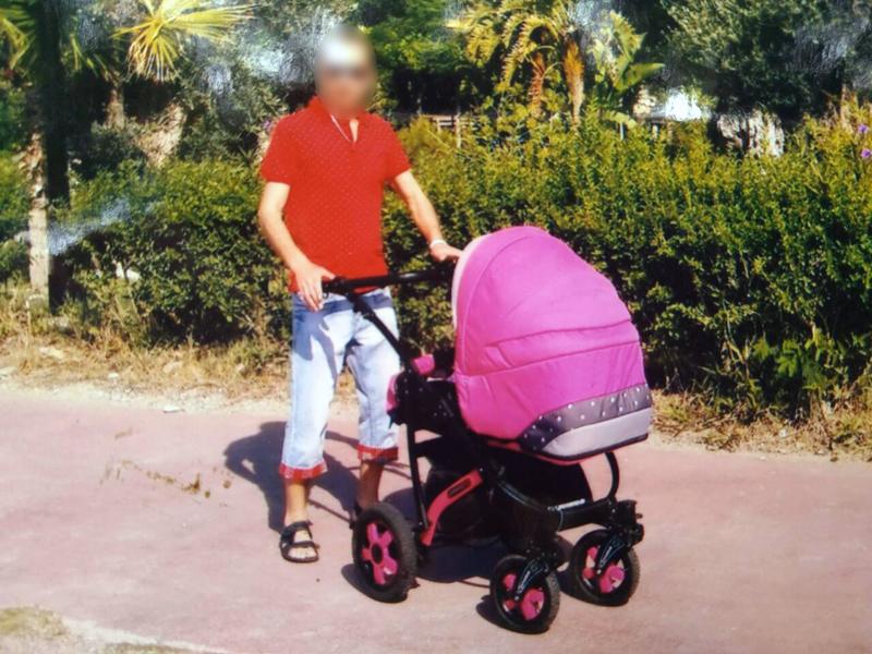В Покровске безработный мужчина украл детскую коляску и подарил ее своей жене, фото-1