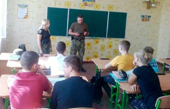 У рамках профілактичної кампанії із захисту дітей поліцейські Донеччини відвідали близько 200 шкіл, фото-2