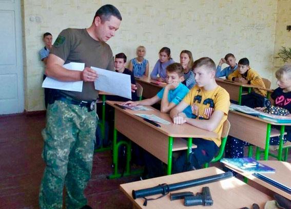 У рамках профілактичної кампанії із захисту дітей поліцейські Донеччини відвідали близько 200 шкіл, фото-3