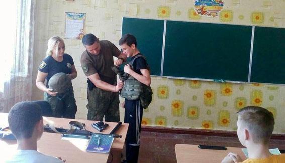 У рамках профілактичної кампанії із захисту дітей поліцейські Донеччини відвідали близько 200 шкіл, фото-4
