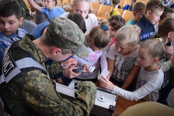 У рамках профілактичної кампанії із захисту дітей поліцейські Донеччини відвідали близько 200 шкіл, фото-9