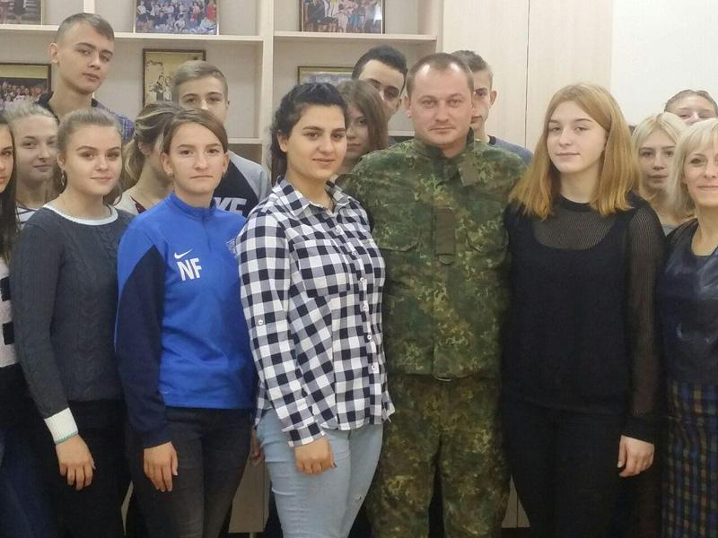 Старшокласники покровської ЗОШ №9 привітали правоохоронців із Днем захисника України, фото-2
