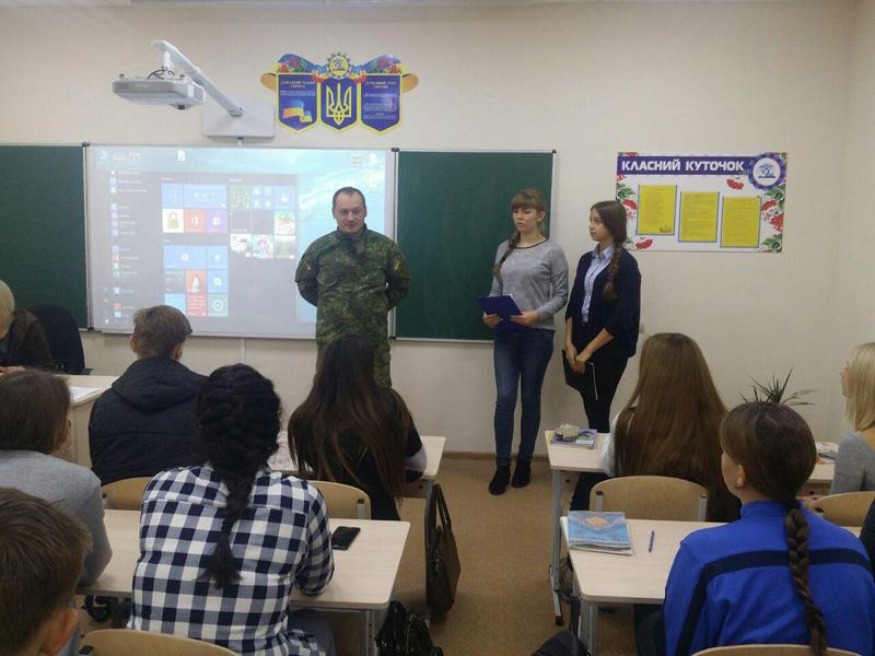 Старшокласники покровської ЗОШ №9 привітали правоохоронців із Днем захисника України, фото-4