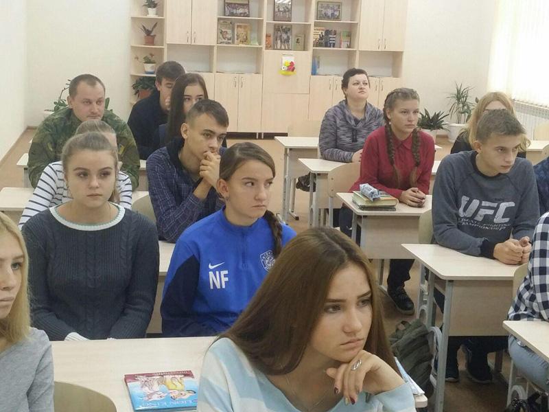 Старшокласники покровської ЗОШ №9 привітали правоохоронців із Днем захисника України, фото-5