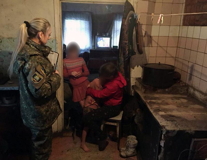 Правоохоронці Добропілля на передодні новорічних свят провели профілактичні бесіди із батьками, які перебувають на обліку, фото-1