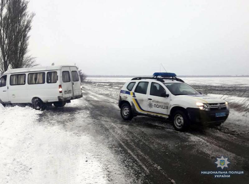 Покровські поліцейські допомогли водієві, який на мікроавтобусі застряг в снігу, фото-3