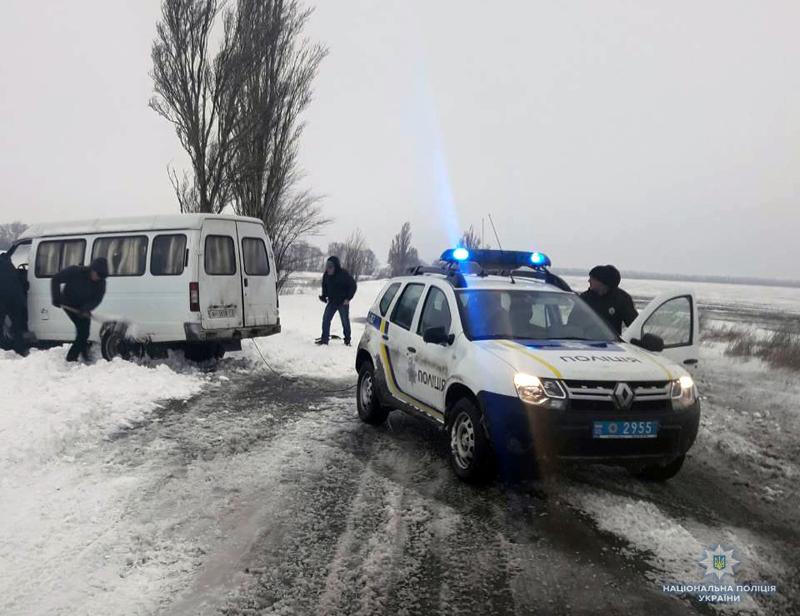 Покровські поліцейські допомогли водієві, який на мікроавтобусі застряг в снігу, фото-4