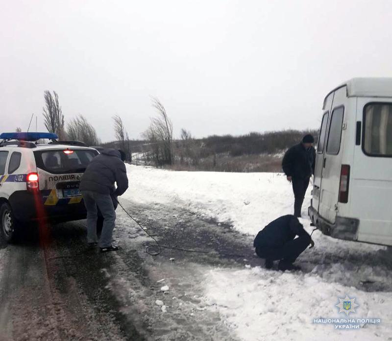 Покровські поліцейські допомогли водієві, який на мікроавтобусі застряг в снігу, фото-2