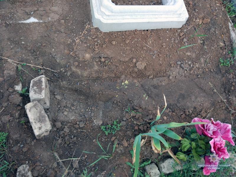 Селидівські оперативники викрили зловмисника, який пошкодив могилу на місцевому кладовищі, фото-1