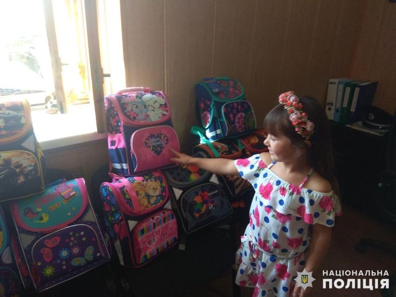 Діти співробітників Покровського відділу поліції отримали свої перші шкільні рюкзаки, фото-1