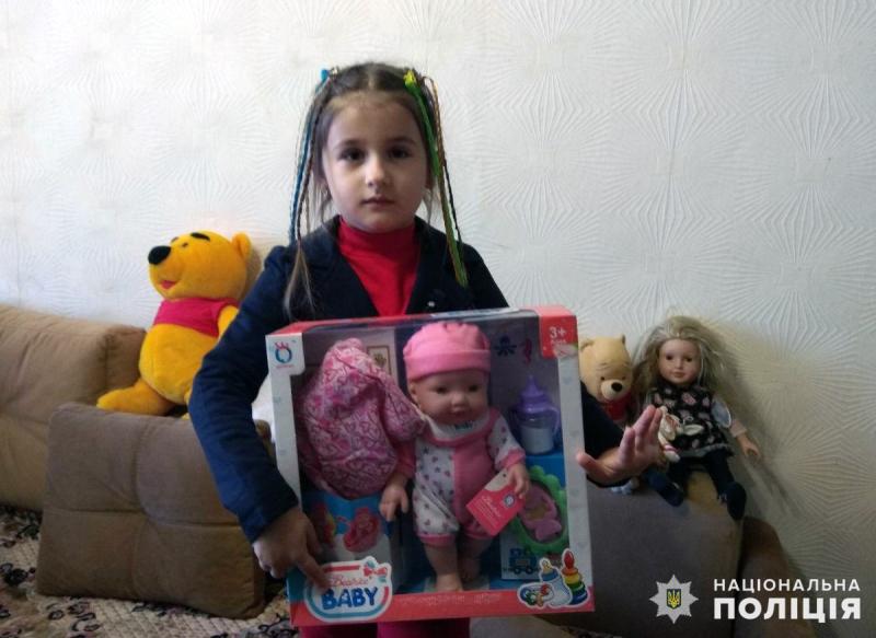 Правоохоронці привітали доньку загиблого колеги Віталія Мандрика з днем народження, фото-3