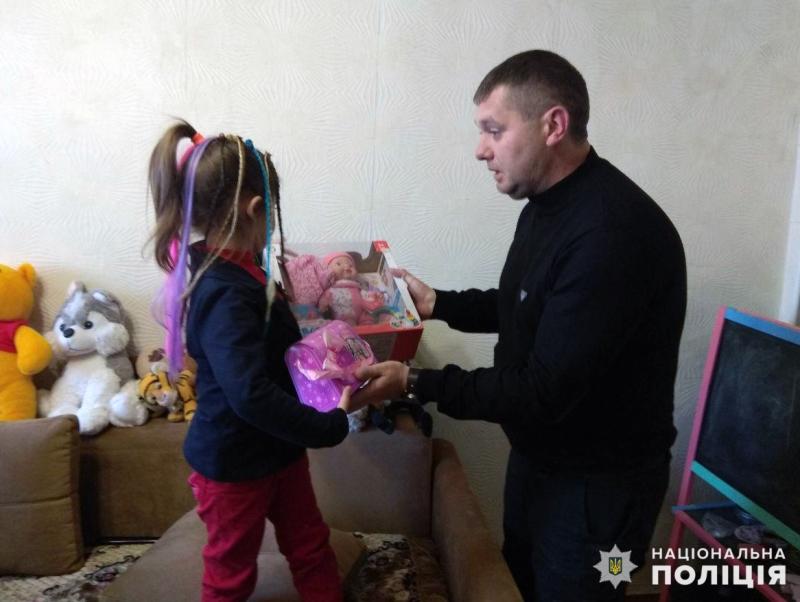 Правоохоронці привітали доньку загиблого колеги Віталія Мандрика з днем народження, фото-1