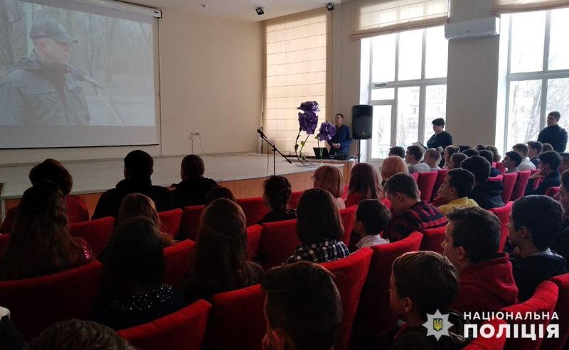 У Покровську привітали школярку, яка стала переможницею Всеукраїнського конкурсу, описавши в своєму творі подвиг Віталія Мандрика, фото-2