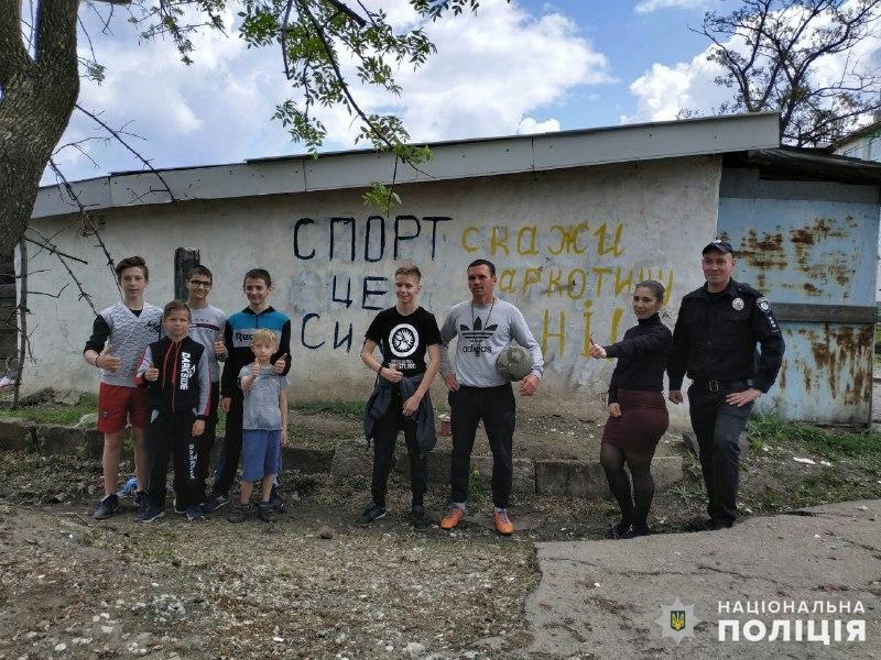 У Мирнограді правоохоронці спільно з активістами зафарбували кілька десятків настінних графіті з рекламою наркотиків, фото-3