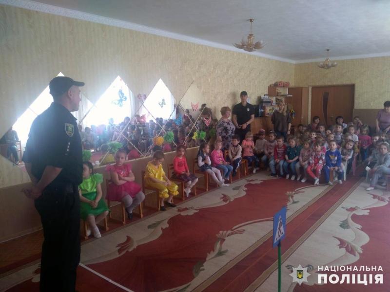 Мирноградські поліцейські навчали вихованців дитячого садочку дорожній абетці, фото-1