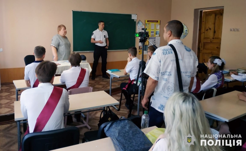 В Мирнограді правоохоронці зустрілися із випускниками місцевої школи й запросили їх на навчання до вишів системи МВС, фото-2