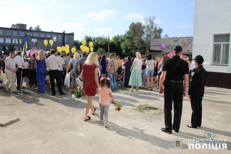Урочисті заходи в школах Покровської оперзони пройшли під наглядом поліцейських, порушень не допущено, фото-6