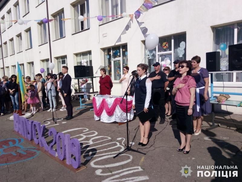 Урочисті заходи в школах Покровської оперзони пройшли під наглядом поліцейських, порушень не допущено, фото-2