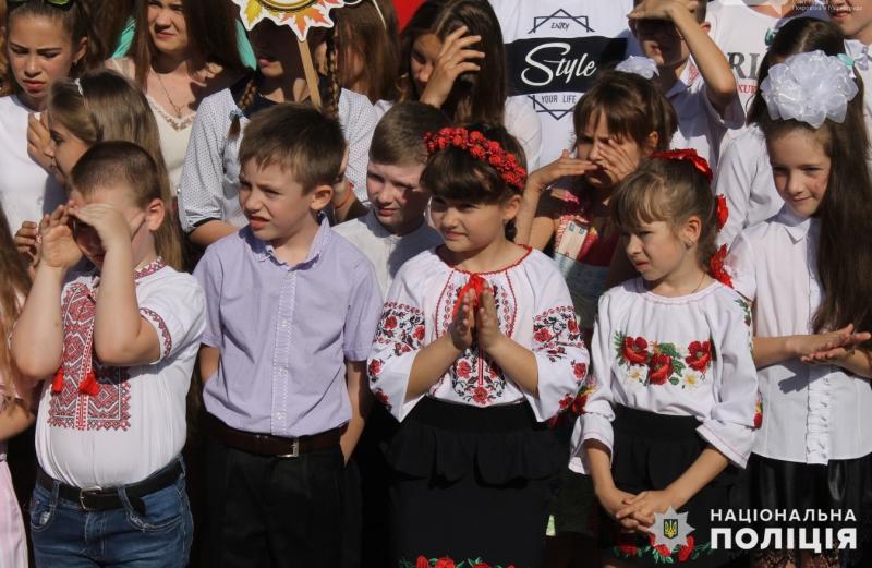 Урочисті заходи в школах Покровської оперзони пройшли під наглядом поліцейських, порушень не допущено, фото-4