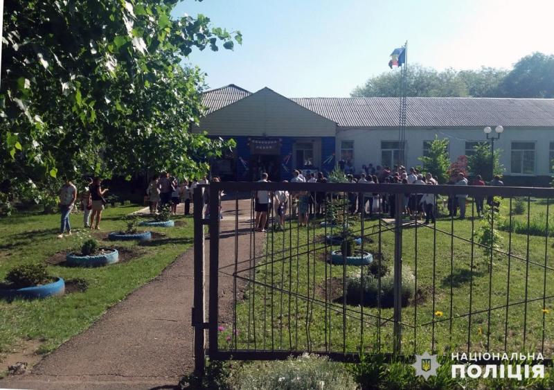 Урочисті заходи в школах Покровської оперзони пройшли під наглядом поліцейських, порушень не допущено, фото-7