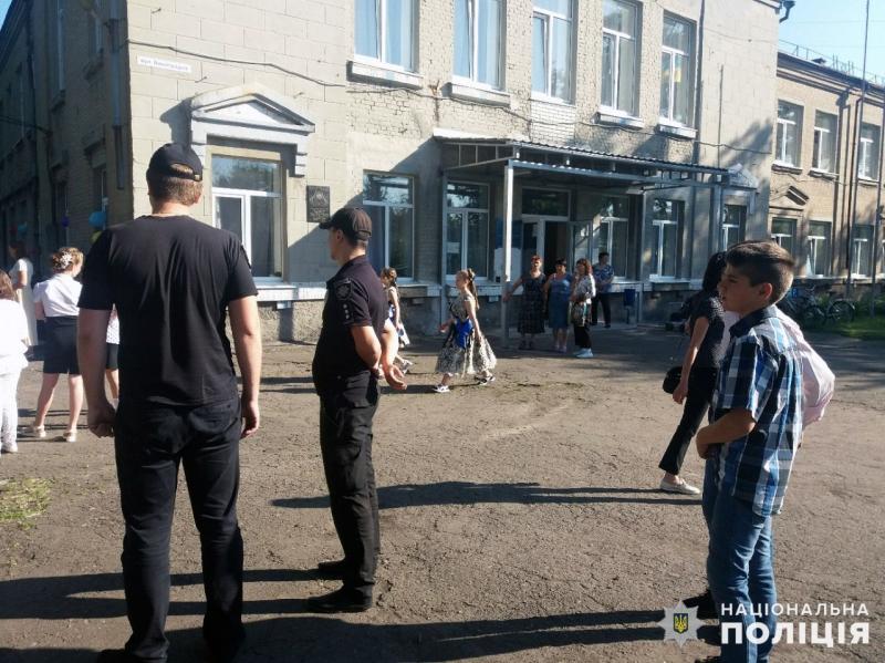 Урочисті заходи в школах Покровської оперзони пройшли під наглядом поліцейських, порушень не допущено, фото-10